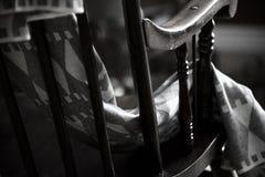 Tarde acolhedor do inverno com uma cadeira de balanço e um blacket morno Conceito de Hygge fotografia de stock royalty free