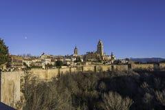 A tarde cai na cidade da Espanha de Segovia foto de stock