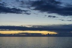 Tarde colorida hermosa de la oscuridad en el mar adriático en Croacia Imagen de archivo