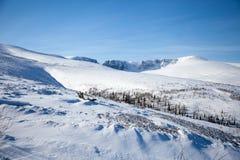 Tarde da paisagem da montanha da neve imagens de stock
