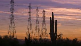 Tarde de Arizona de los pilones de la electricidad del poder de la puesta del sol del desierto Fotografía de archivo