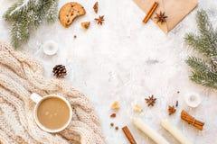 Tarde de la Navidad con la taza de opinión superior del fondo blanco del cacao fotos de archivo