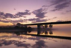 Tarde de niebla en el río Imagen de archivo