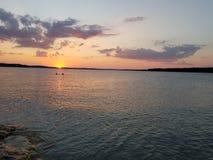 Tarde del agua de la puesta del sol bastante imagen de archivo libre de regalías