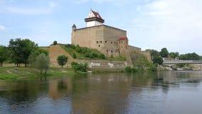 Tarde del castillo de Herman en agosto Narva, Estonia almacen de metraje de vídeo