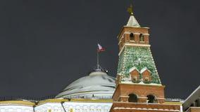 Tarde del invierno Bandera rusa que agita sobre la Moscú el Kremlin