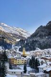 Tarde del invierno en la estación de esquí Ischgl en las montañas del Tyrol La ciudad nevada está en sombras, pero las montañas s Imagen de archivo libre de regalías