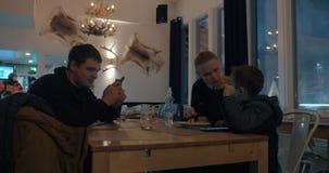 Tarde del invierno del gasto de la familia en café almacen de video