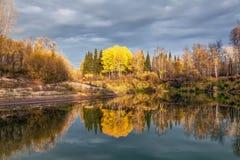 Tarde del otoño en el río Fotos de archivo