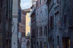 Tarde del paisaje de la calle de Siena foto de archivo