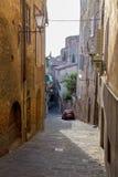 Tarde del paisaje de la calle de Siena imágenes de archivo libres de regalías