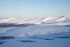 Tarde del paisaje de la montaña de la nieve Fotos de archivo