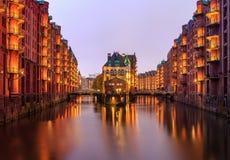 Tarde del rato de Speicherstadt de Hamburgo con el balcón iluminado foto de archivo libre de regalías
