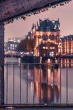 Tarde del rato de Speicherstadt de Hamburgo con el balcón iluminado imagen de archivo libre de regalías