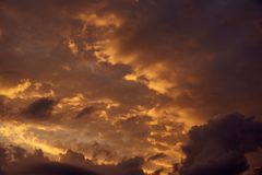 Tarde del verano Cúmulo hermoso en la puesta del sol Imagenes de archivo