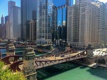 Tarde del verano en Chicago céntrica ocupada, pasando por alto el Chica foto de archivo libre de regalías