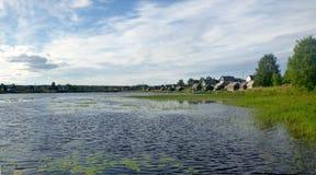 Tarde del verano en la orilla del río imagenes de archivo
