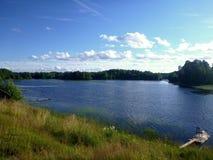 Tarde del verano en la orilla del río Imágenes de archivo libres de regalías