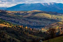 Tarde do outono no campo montanhoso foto de stock
