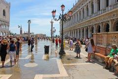 Tarde e inundação quentes do verão no quadrado de St Mark em Veneza Itália imagem de stock