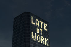 Tarde en el concepto del trabajo Trabajo en horas extras y horas adicionales Cansado y subrayado de demasiado cosas para hacer en Imagen de archivo