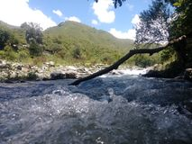 Tarde en el gualinchay rio lurar utsikt cerros för en los arkivfoton