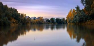 Tarde en el río Aley del otoño fotos de archivo libres de regalías