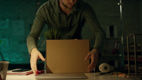 Tarde en la oficina de la noche en privado el hombre de negocios serio trabaja en un ordenador portátil Él tuvo éxito internacion almacen de video
