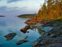 Tarde en la orilla pedregosa del lago ladoga Fotografía de archivo