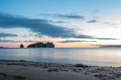 Tarde en la playa arenosa enfrente de la isla imagen de archivo libre de regalías