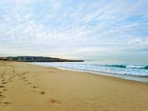 Tarde en la playa con las nubes ligeras Imagen de archivo