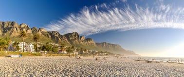 Tarde en la playa de la bahía de los campos - Cape Town, Suráfrica Imagen de archivo libre de regalías