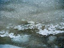 Tarde en un agua helada congelada del lago foto de archivo