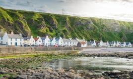 Tarde ensolarada em Pennan, vila pequena em Aberdeenshire, Escócia imagem de stock