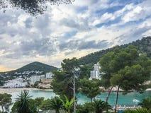 Tarde hermosa del verano en Cala Llonga, Ibiza imagenes de archivo