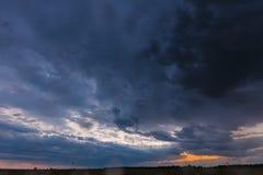 Tarde lluviosa de la puesta del sol del verano sobre paisaje rural del campo de trigo del campo Cielo dramático escénico con las  metrajes