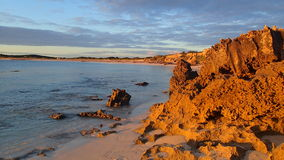 Tarde mais atrasada da rocha da praia Fotos de Stock Royalty Free