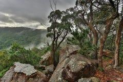 Tarde nevoenta nas montanhas Fotos de Stock
