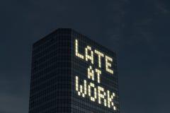 Tarde no conceito do trabalho Trabalho fora do tempo estipulado e horas extra Cansado e forçado do demasiado as coisas a fazer no Imagem de Stock