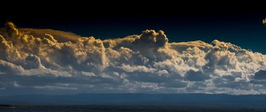 Tarde oscura. The clouds has a speaking, storm is near, colous, soon Royalty Free Stock Photos