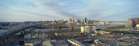 A tarde panorâmico disparou da skyline, do Ohio e do Rio Ohio de Cincinnati como considerado de Covington, KY Fotografia de Stock