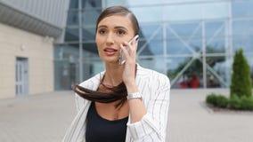 Tarde para el vuelo Mujer de negocios con el teléfono que corre en el aeropuerto almacen de metraje de vídeo