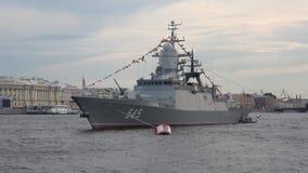 Tarde persistente del ` del ` de la nave de patrulla en el río Preparación celebrar día de la marina de guerra en St Petersburg metrajes