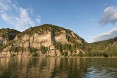 Tarde reservada, río y montañas del otoño Imagen de archivo libre de regalías
