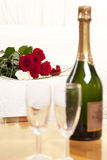 Tarde romántica con champán Imagen de archivo libre de regalías