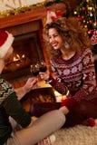 Tarde romántica de la Navidad con los vidrios de vino rojo Fotografía de archivo