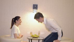 Tarde romántica de un par con champán y frutas almacen de metraje de vídeo