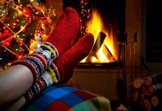 Tarde romántica del invierno por la Navidad de la chimenea Fotos de archivo