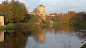 Tarde soleada de octubre en el río de Pskov Vista de la torre Pskov, Rusia metrajes