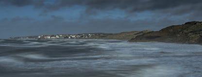 Tarde tempestuosa en la costa Foto de archivo libre de regalías